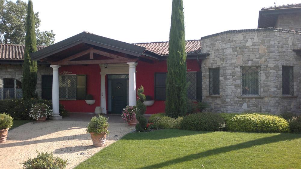 Casa con scuri in alluminio, serramenti in alluminio