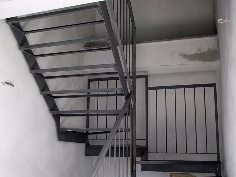 scala in ferro con parapetto