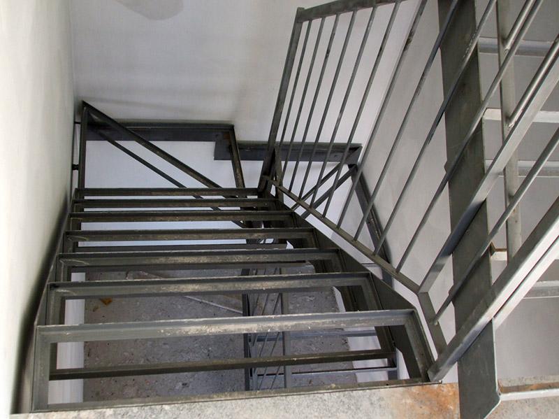 Scala in ferro con gradini per alloggio marmo