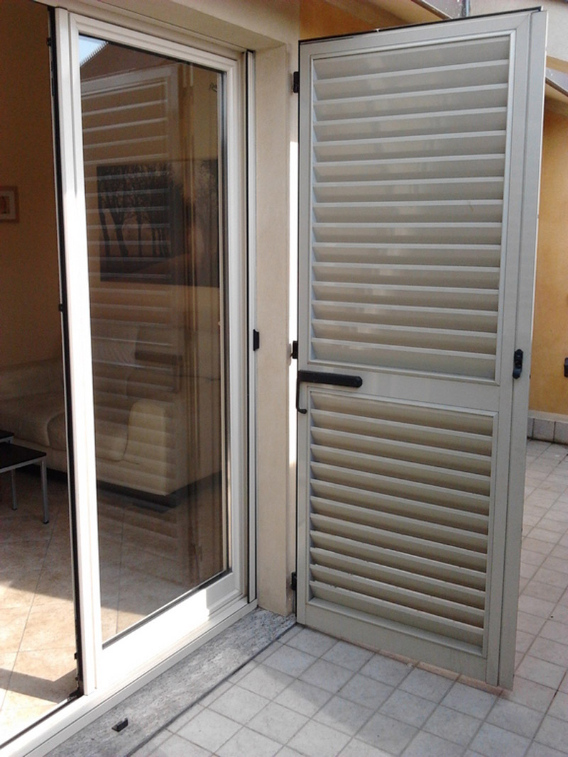 porta finestra: zanzariera laterale